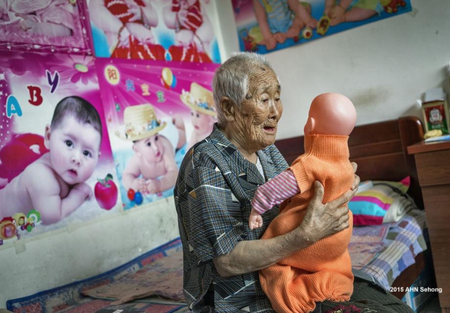 일본인 '위안부' 피해 할머니들의 모습을 담는 사진작가 안세홍